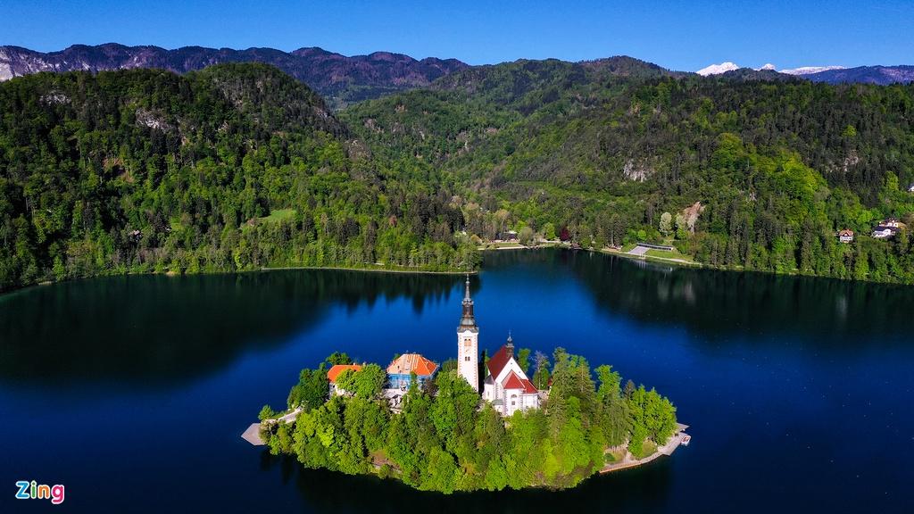 Với 65% diện tích được bao phủ bởi rừng, sở hữu hang động Postojna nổi tiếng nhất châu Âu, hồ Bled trong vắt và tĩnh lặng giữa một vùng núi non kỳ vỹ. Nhà thờ mái đỏ trên đảo Bled với tháp chuông cao 55 m là hình ảnh mang tính biểu tượng của cả thị trấn được lần đầu xây dựng với lối kiến trúc Baroque. Nhà thờ chính được xây theo phong cách tiền La Mã (Pre-Romanesque) từ thế kỷ thứ 9 và đến thế kỷ 15 được xây lại bởi Giám mục xứ Ljubljana theo lối Gothic, kiến trúc thịnh hành nhất thời bấy giờ.
