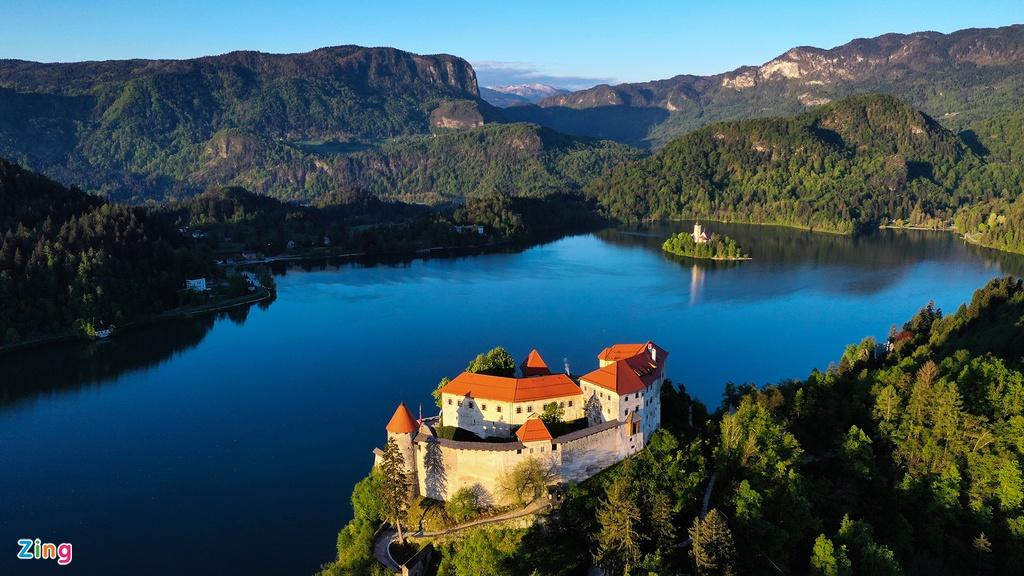 Ngoài ra, bên hồ còn có một tòa lâu đài trung cổ leo mình ở vách núi trên nền dãy núi tuyết sừng sững trập trùng trong mây. Thời điểm ngắm cảnh hồ Bled lý tưởng nhất có lẽ là cả 16 tiếng đồng hồ khi có mặt trời chiếu sáng (vào mùa hè), bỏ qua bất kỳ khoảnh khắc nào cũng là đáng tiếc.