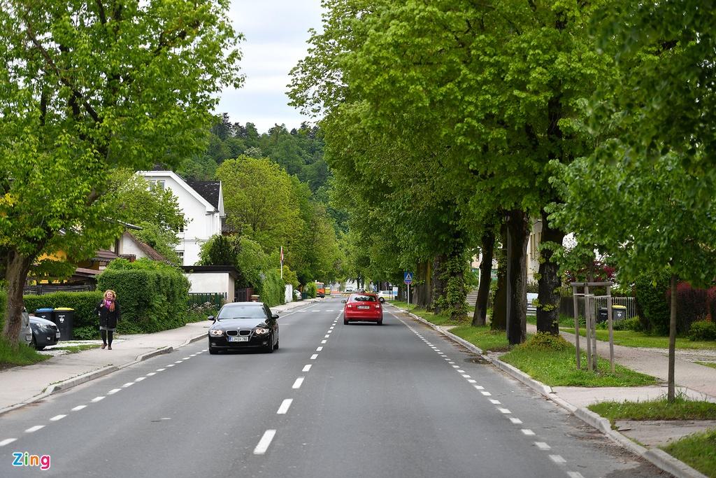 """Slovenia, đất nước nhỏ bé, thường không được chú ý vì những người """"hàng xóm"""" nổi tiếng hơn như Thụy Sĩ, Đức, Pháp và Italy. Tuy nhiên, chính vì thế mà nơi đây vẫn giữ được vẻ đẹp tự nhiên hoang sơ, không bị biến đổi bởi sự phát triển du lịch."""
