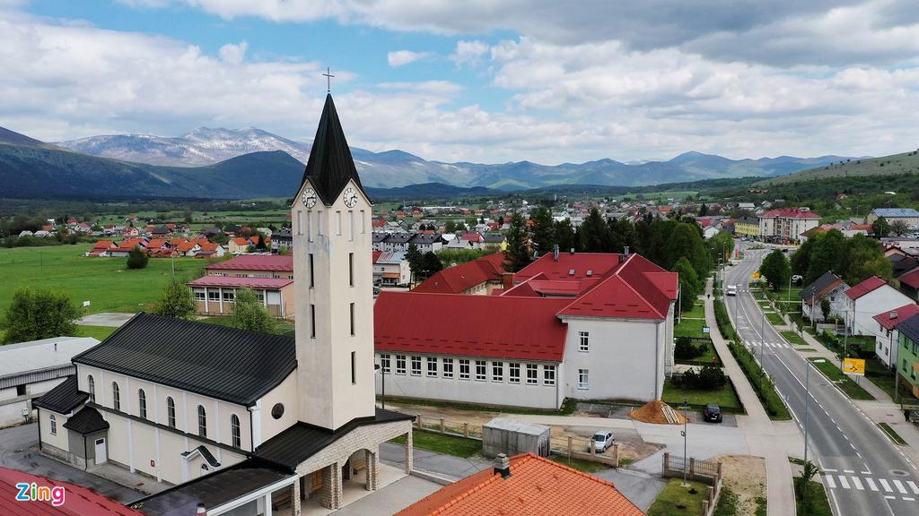 Những ngôi làng bên triền núi trong sương mù cuối thu ở Nam Âu thấp thoáng chóp nhà thờ và bóng lâu đài trên ngọn đồi, dòng suối trong xanh uốn quanh khiến cảnh quan như tranh vẽ. Những ngôi nhà mái đỏ, vàng và cả xám pha trộn lẫn nhau hiện lên nhìn quen thuộc nhưng vẫn mang dấu ấn riêng đối với một quốc gia Đông Âu.