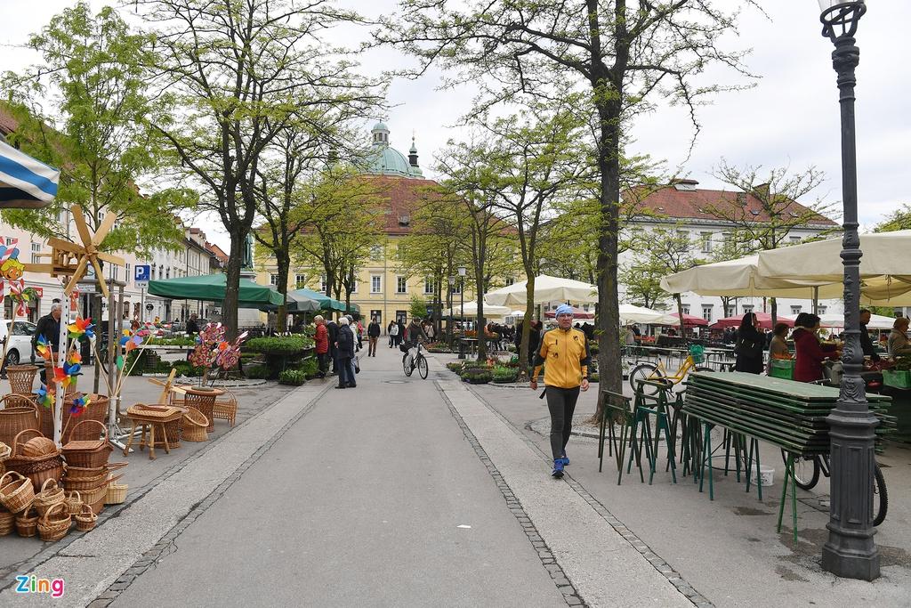 Nơi tôi dừng chân là một thị trấn cổ mang tên Bled. Ở đây có khu chợ vắng vẻ, chuyên bày bán những mặt hàng lưu niệm, thời trang cùng nhiều loại rau củ quả.