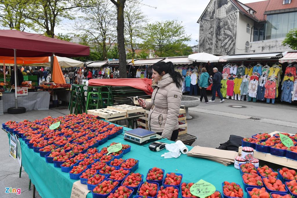 Người dân bản xứ không đi chợ này để mua bán thực phẩm bởi nơi đây chủ yếu phục vụ khách du lịch.