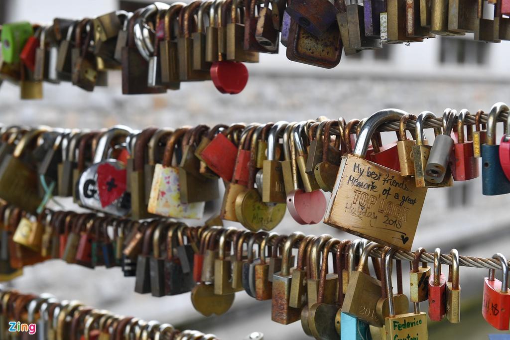 Tại chợ còn có những dãy treo ổ khóa tình yêu giống như ở nhiều quốc gia khác. Nhiều du khách đến đây cũng mua khóa và viết chữ lên treo lại để ghi dấu ấn rằng mình đã đặt chân đến quốc gia xinh đẹp này.