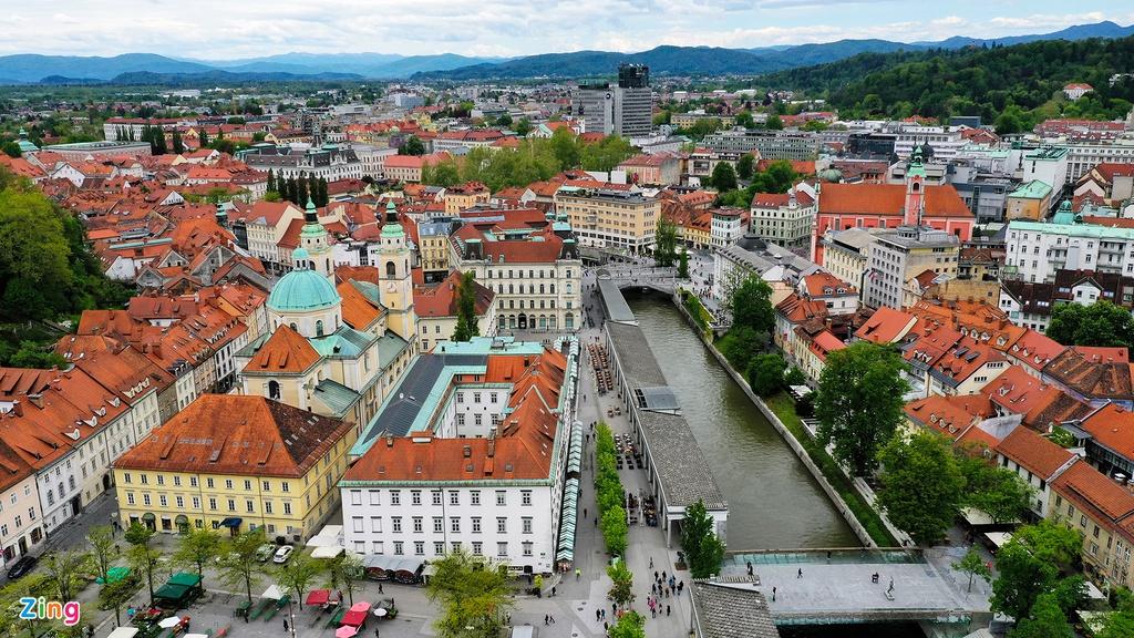 Nhìn từ trên cao, thị trấn cổ Bled nhỏ xinh, yên bình, được bao bọc bởi nhiều dãy núi.