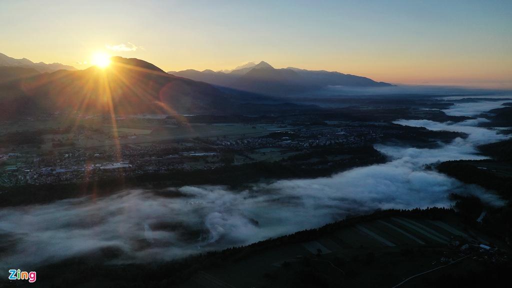 Slovenia luôn được ví von như một việc ngọc quý ẩn giữa thiên nhiên nguyên sơ mà quyến rũ lạ thường. Hình ảnh buổi bình minh mà tôi chụp được bằng chiếc flycam nhỏ mang theo bên người.