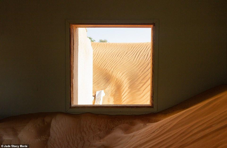 Để tới Al Madam, bạn phải đi qua một con đường nhỏ đầy cát để vào sa mạc. Do không được khai thác làm điểm du lịch, bạn sẽ cần tự đi tới đây thay vì sử dụng phương tiện công cộng. Để an toàn, du khách có thể chọn thuê taxi với giá khoảng 80 USD nếu đi từ trung tâm Dubai.