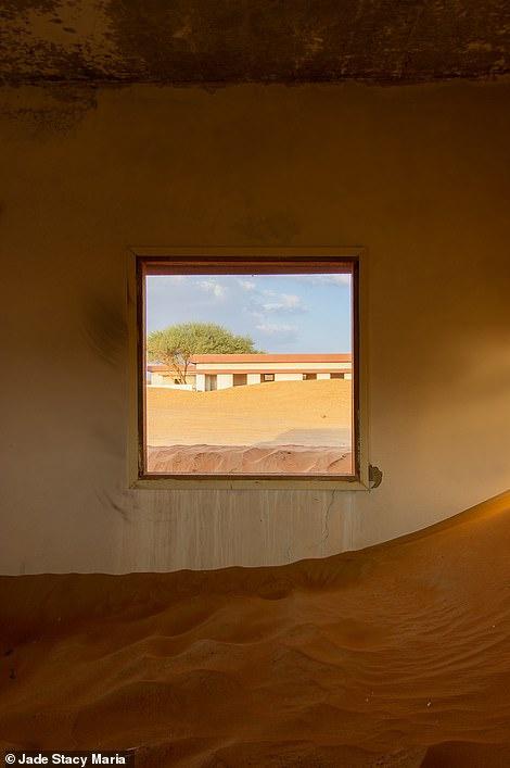 Nhiều ngôi nhà đã bị cát gần như chôn vùi. Với tình hình bão cát ở khu vực này, khả năng có ngôi nhà biến mất dưới lớp cát là điều sẽ sớm xảy ra.