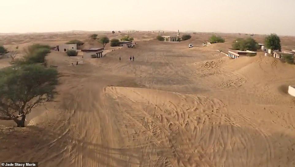 """Để tìm hiểu nguyên nhân thật sự biến Al Madam thành """"làng ma"""", Quỹ nghệ thuật Sharjah (SAF) đã thực hiện một cuộc khảo sát vào năm 2018. Một người đàn ông khẳng định lấy vợ là người làng Al Madam cho biết nơi này được xây từ những năm 1970. Người này tiết lộ những cơn bão cát liên tiếp khiến người dân không thể ổn định cuộc sống ở đây."""