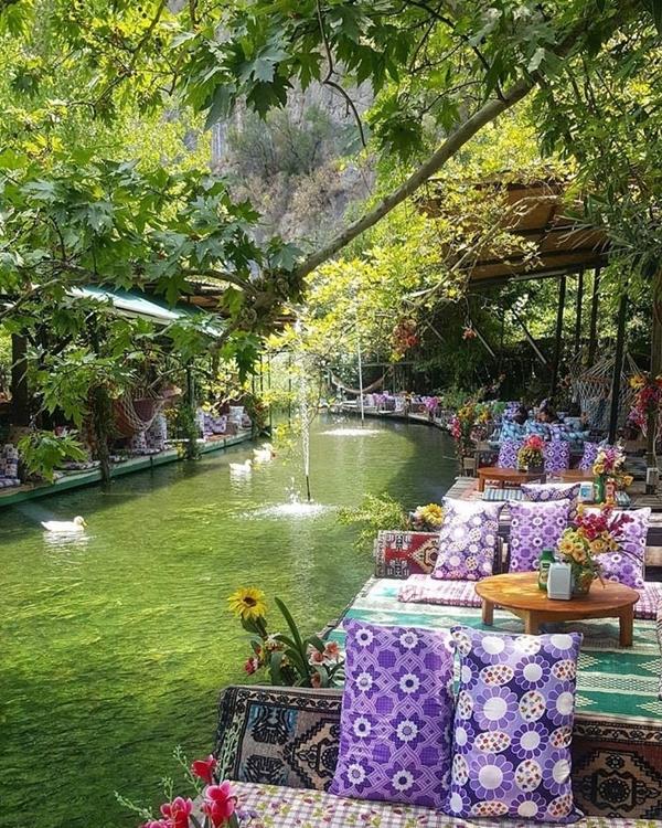 Vườn quốc gia Saklikent nằm ở phía Tây Nam Thổ Nhĩ Kỳ, thành lập vào năm 1996 là điểm nghỉ mát được nhiều người ưa chuộng vào mùa hè ở đất nước này. Không chỉ có không khí trong lành, mà quán cà phê bên trong vườn quốc gia trở thành một địa điểm Instagrammable (những nơi chụp hình đẹp, có thể hút nhiều lượt thích trên Instagram). Ảnh Gozdepekin