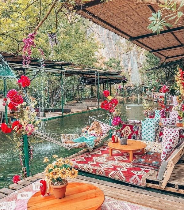 """Sau khi chơi mệt nghỉ, bạn đến nhà hàng bên trong nghỉ ngơi. Quán được làm từ những sàn gỗ nổi trên mặt nước, lót thảm vải hoa văn đặc trưng trong văn hóa của Thổ Nhĩ Kỳ. Có cả võng dành cho bạn đu đưa nghỉ trưa hay phục vụ nhu cầu """"sống ảo"""" của các nàng. Ảnh cerenucarken"""