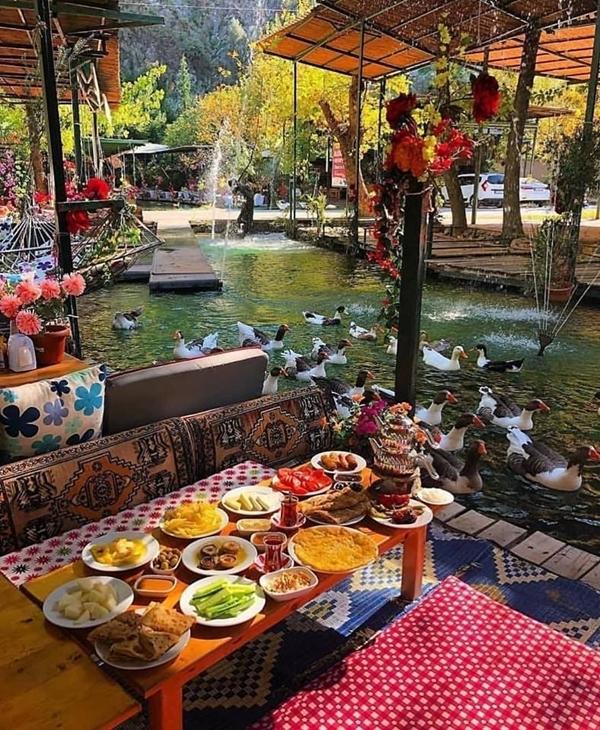 """Bạn nên đi sớm, sau đó thưởng thức bữa sáng, nhâm nhi ly trà bên dòng nước chảy róc rách, thỉnh thoảng có vài """"vị khách biết bơi"""" ghé thăm. Thức ăn chủ yếu các món ẩm thực truyền thống của Thổ Nhĩ Kỳ. Ảnh Visitmyturkey"""