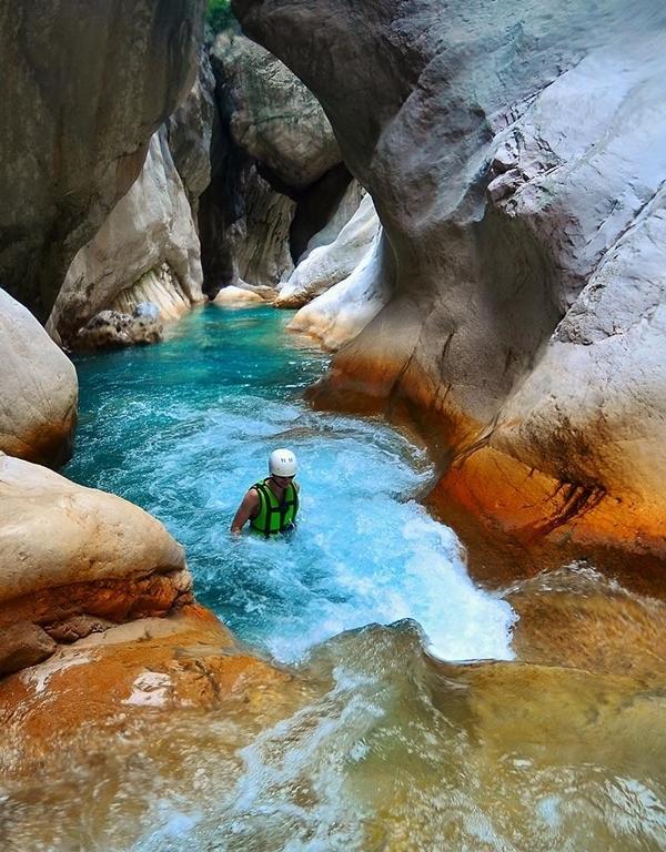 Nếu đủ can đảm, bạn có thể thử tắm trong dòng nước lạnh như băng, chảy từ trên núi cao xuống. Có những hố nước nhỏ trông như hồ bơi khá đẹp. Ảnh Goturkey