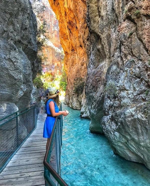 Công viên quốc gia là một trong những hẻm núi sâu nhất thế giới, được hình thành bởi sự bào mòn qua hàng nghìn năm của dòng chảy từ trên núi xuống. Hẻm Saklikent lớn thứ hai ở châu Âu, đồng thời là hẻm núi dài nhất và sâu nhất ở Thổ Nhĩ Kỳ với chiều sâu 300 m, dài 18 km. Vì thế không khí ở đây luôn mát mẻ dù là vào mùa hè. Ảnh Gezgin1cift