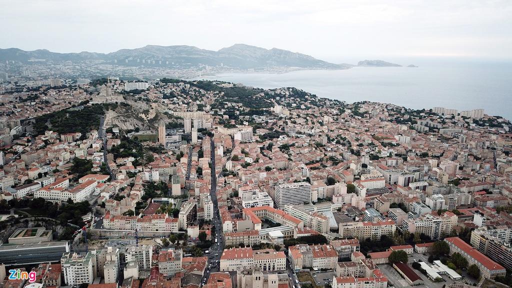 Marseille nằm phía đông nam nước Pháp, cách thủ đô Paris 800 km, mang khí hậu đặc trưng của vùng Địa Trung Hải, chủ yếu là mùa nắng. Tuy nhiên, khi những bức hình này được ghi lại, thành phố cảng đang khá sầm sì. Thời điểm nóng nhất trong năm rơi vào tháng 7 và tháng 8, nhiệt độ trung bình dao động trong khoảng 28-30 độ C vào ban ngày và ban đêm khoảng 19 độ C.