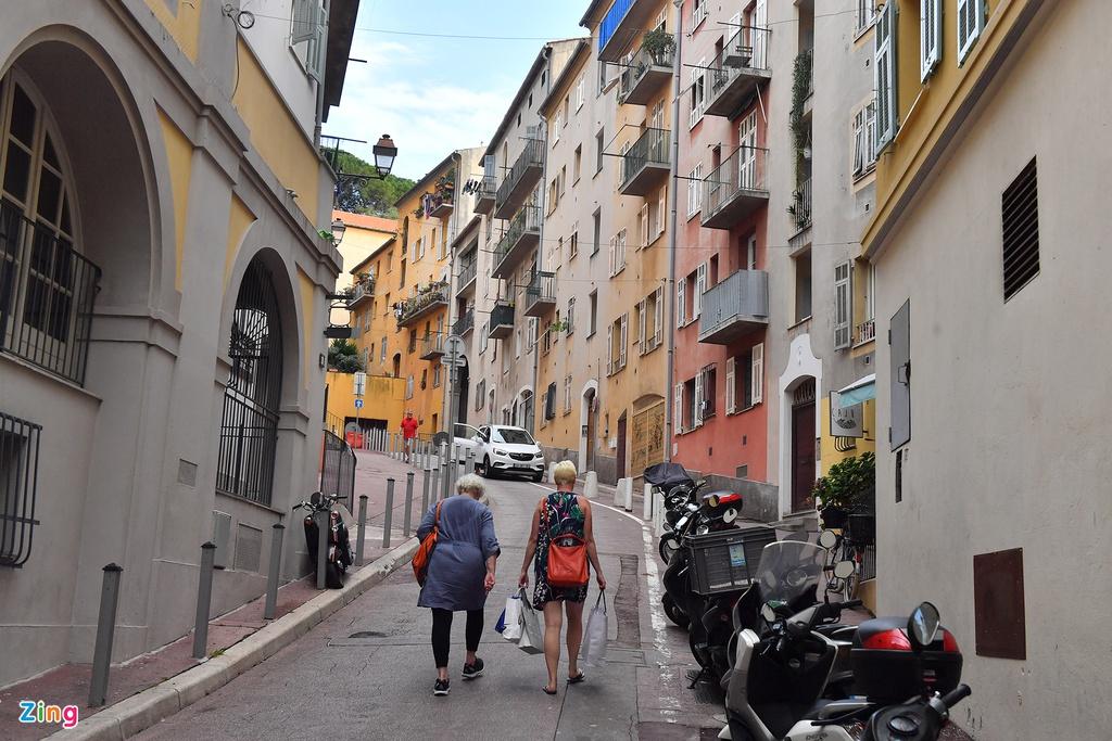 Ở Marseille còn có một khu phố cổ Panier với những con đường hẹp, tòa nhà cổ kính. Tới đây mua đồ lưu niệm và thưởng thức ẩm thực Pháp cũng là một điều lý thú dành cho du khách.
