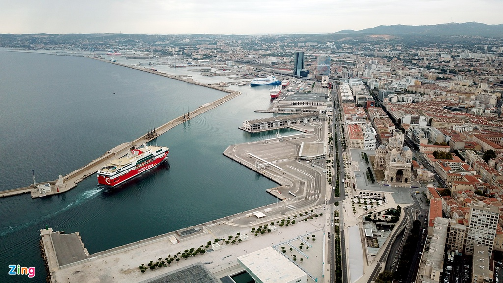Thời điểm từ tháng 10 đến tháng 12, nơi đây bước vào mùa mưa. Nhiều người có kinh nghiệm khuyến cáo lúc này rất khó cho những chuyến ghé thăm và bất tiện trong đi lại. Marseille thay đổi khí hậu liên tục từ nắng cho đến khi nhiệt độ lạnh về ban đêm.