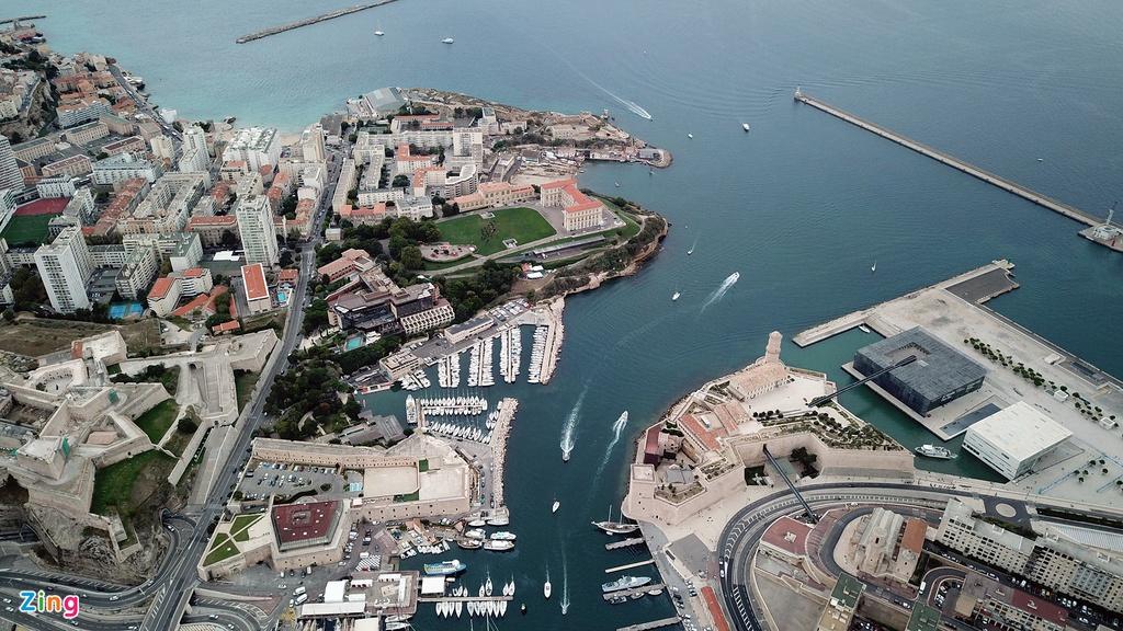 Thành phố cảng này đã chứng kiến sự kết hợp giữa con người và nền văn hoá trong hàng nghìn năm. Marseille hiện lên sự hào nhoáng, hiện đại nhất là từ chiều về đêm.