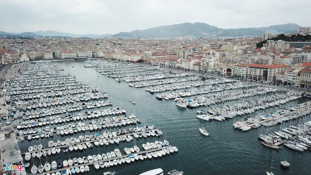 Hải cảng Vieux Port tại trung tâm thành phố đã có từ hơn 2.600 năm trước. Đây là nơi hàng nghìn chiếc du thuyền đỗ mỗi ngày. Marseille cũng là thành phố cảng đầu tiên trên biển Méditerranée của Pháp và là thủ phủ của tỉnh Bouches-du-Rhône.