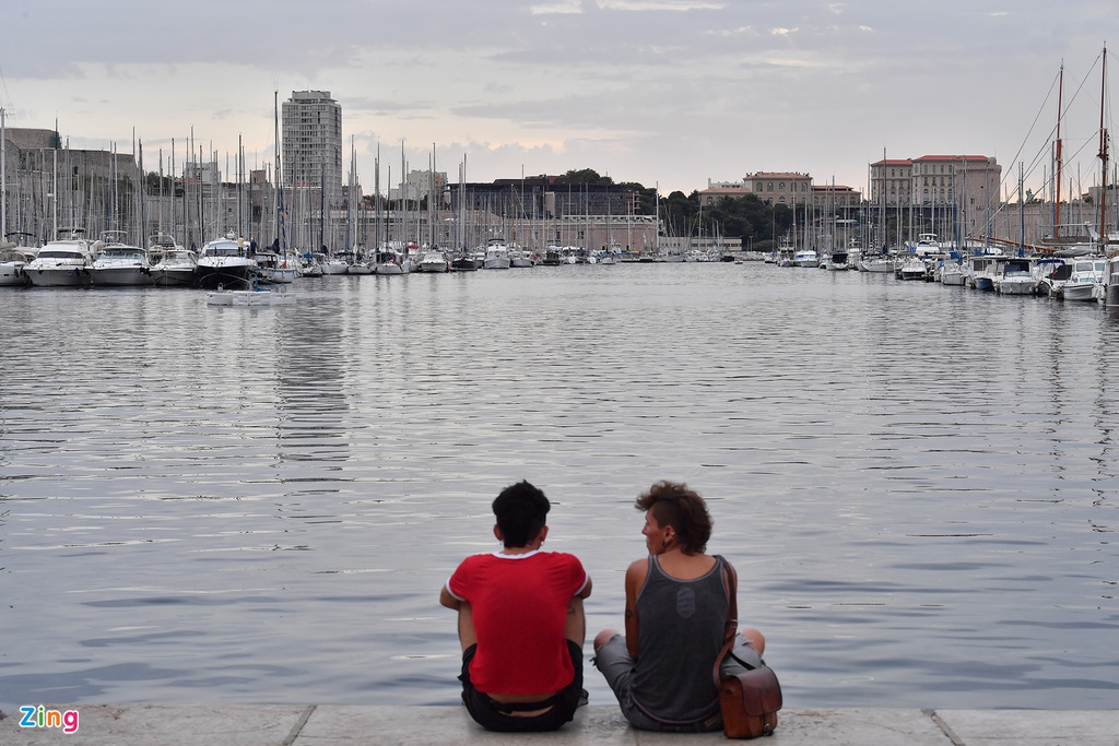 Trong suốt thời kỳ La Mã cổ đại và Phục Hưng Hải, cảng cổ Vieux Port được mở rộng dọc theo bờ biển Bắc và đến ngày nay, cảng chủ yếu trở thành nơi thư giãn cho người dân trong thành phố.