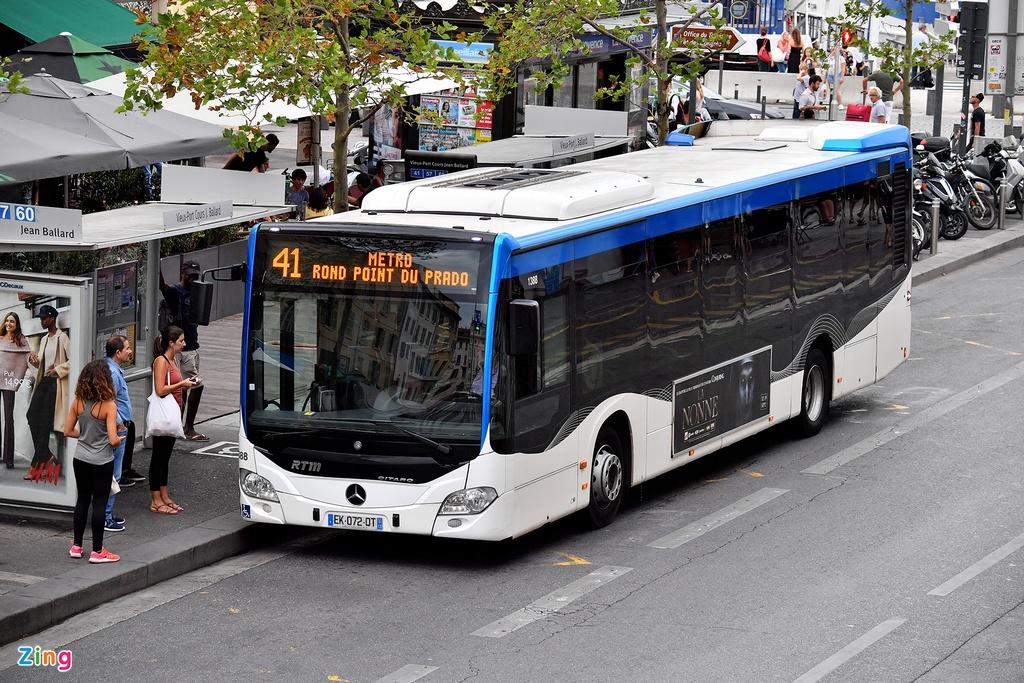 """Vào năm 2013, thành phố này còn được lựa chọn là """"thủ đô văn hoá châu Âu"""" bởi lịch sử lâu đời và đậm đà văn hoá, bản sắc. Tới Marseille, du khách không phải lo lắng về phương tiện đi lại. Bạn có thể mua vé xe bus, tàu điện dành cho nhiều cuộc hành trình của mình."""