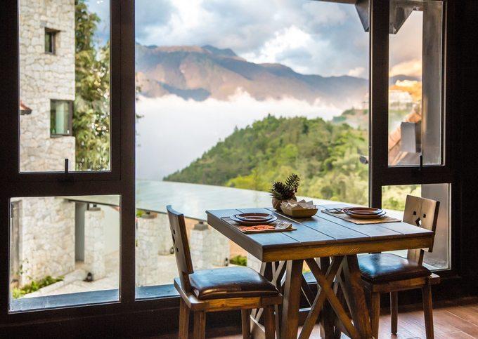 Tuỳ loại phòng với view đẹp ngắm thung lũng Mường Hoa đến các phòng ở trên núi cao mà giá sẽ khác nhau từ 3 đến 6 triệu đồng/đêm. Bạn có thể bị ấn tượng với khu nhà tổ chim được decor rất đẹp, là nơi check-in và nhà hàng. Giá phòng đã bao gồm ăn sáng buffet, đồ ăn khá ngon.