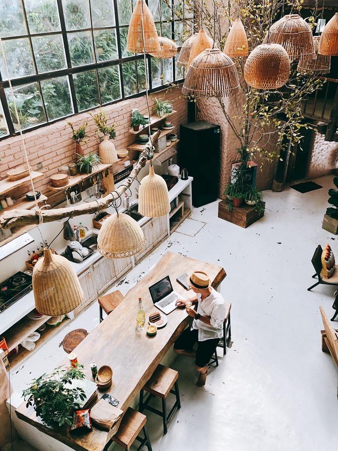 Không gian chung được decor khá ấn tượng, rộng và nhiều ánh sáng tự nhiên. Homestay có đầy đủ tiện ích để tự nấu nướng. Hoặc có thể order đồ ăn ở quán ăn gần đó.