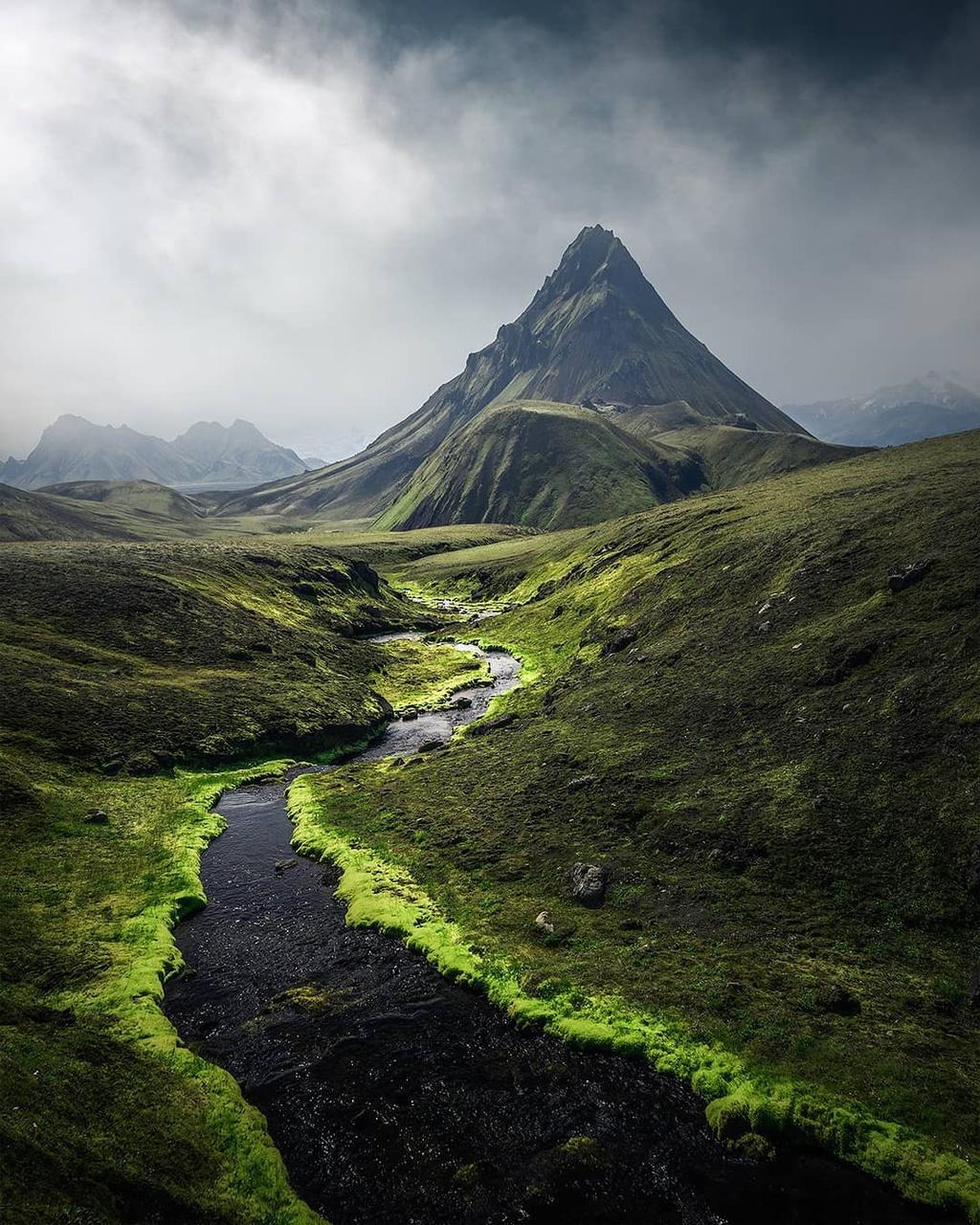 Nếu lái xe trên đường ở vùng nông thôn Iceland, du khách sẽ nhận thấy tấm thảm rêu trên những cánh đồng dung nham không bao giờ kết thúc. Màu xanh lá cây dường như lan rộng và phủ đến đường chân trời, tựa những đám mây xanh bất tận nằm trên mặt đất, liên tục thay đổi sắc độ. Xứ sở thần tiên phủ đầy rêu trông như bước ra từ một bộ phim khoa học viễn tưởng, khiến du khách không khỏi ngỡ ngàng khi chiêm ngưỡng.