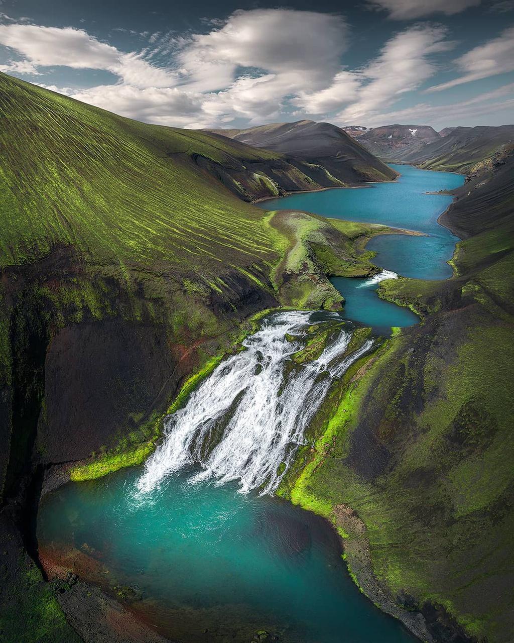 Iceland là đất nước sở hữu sự đa dạng về cảnh quan hàng đầu thế giới. Được định hình bởi hàng nghìn năm hoạt động của núi lửa, thời tiết khắc nghiệt và hoạt động của các sông băng hùng vĩ, phong cảnh của đảo quốc thiên biến vạn hóa đầy ngoạn mục.