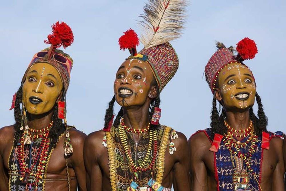 Trong lễ hội Gerewol kéo dài một tuần, những người đàn ông thuộc bộ tộc Wodaabe sẽ trang điểm, lựa trang phục đẹp nhất của họ và thực hiện điệu nhảy nghi lễ Yaake để gây ấn tượng với phái nữ. Đây là một trong những nền văn hóa châu Phi duy nhất cho phép các cô gái tự do lựa chọn hôn nhân. Phụ nữ đã kết hôn cũng có quyền tìm người đàn ông khác làm bạn tình.