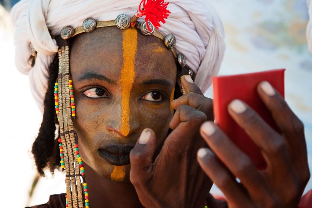 Đàn ông bắt đầu chuẩn bị cho lễ hội Gerewol từ lúc bình minh. Họ vẽ mặt với lớp trang điểm làm từ hỗn hợp đất sét, đá, xương động vật nghiền nát. Một số người đàn ông tô màu môi đen để làm nổi bật hàm răng trắng. Phái mạnh tham gia lễ hội còn cạo tóc kéo dài trán và nhe răng khi nhảy để thể hiện những đặc điểm mà phụ nữ mong muốn.