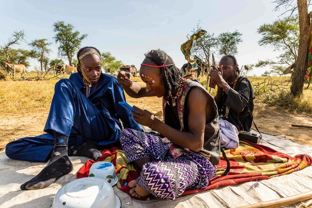 """Wodaabe tập hợp những người dân di cư trên các vùng sa mạc ở châu Phi trong nhiều thế kỷ. Người Wodaabes chủ yếu sống bằng sữa, hạt kê xay, sữa chua, trà ngọt và thịt dê hoặc cừu. Công tác chuẩn bị lễ hội Gerewol được thực hiện chung. Việc đàn ông dành nhiều thời gian cho quần áo và trang điểm khiến Wodaabe được gọi là """"bộ lạc yếu đuối""""."""