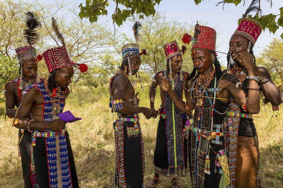 Đàn ông Wodaabe liên tục điều chỉnh trang phục cho các lễ hội đêm bằng chiếc gương bỏ túi sáng màu, phụ kiện không thể thiếu của họ. Lễ hội Gerewol chỉ xảy ra mỗi năm một lần nên việc tìm vợ trong thời gian này rất quan trọng.