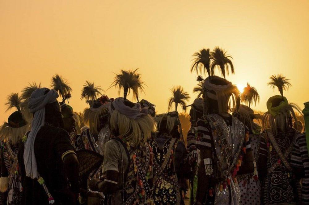 Lễ hội Gerewol là thử thách về sức chịu đựng của những người đàn ông. Họ nhảy múa hàng giờ trong cái nóng ngột ngạt với hy vọng gây ấn tượng với một người phụ nữ. Lông đà điểu trên mũ nhấn mạnh chiều cao của họ. Khi lễ hội kết thúc, bộ tộc Wodaabe trở lại cuộc sống hàng ngày với tư cách là những người chăn nuôi du mục.