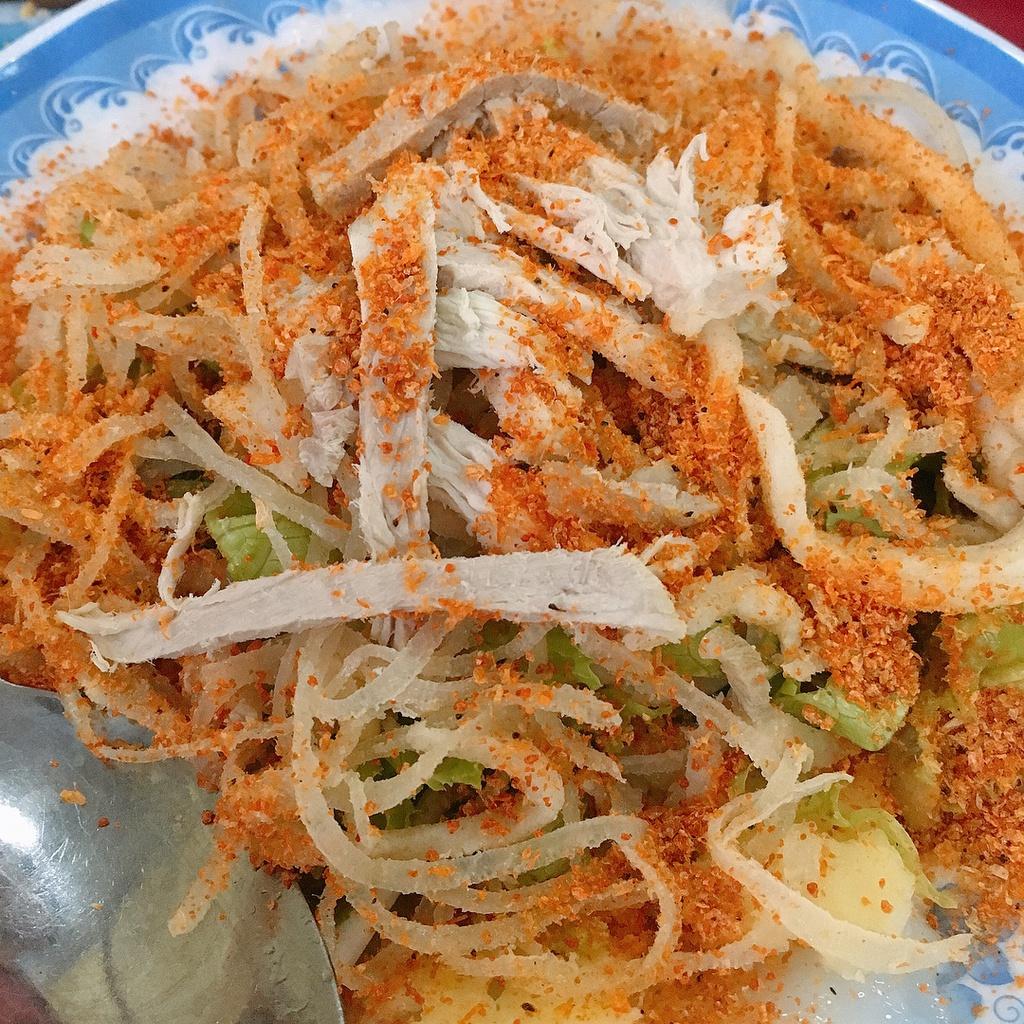 Bánh bèo Tuyết Mai: Nằm trên đường Phan Chu Trinh, quán Tuyết Mai là địa chỉ có tiếng lâu năm ở Vũng Tàu. Một đĩa bao gồm 6 phần bánh, rắc bên trên các loại nhân như bột tôm, mỡ hành... Bánh bèo bì tôm, chạo cua và chả giò được nhiều người gợi ý nên thưởng thức khi tới đây. Không gian quán thiết kế theo kiểu sân vườn, giá trung bình từ 30.000-50.000 đồng/món. Ảnh: Trangbinny.