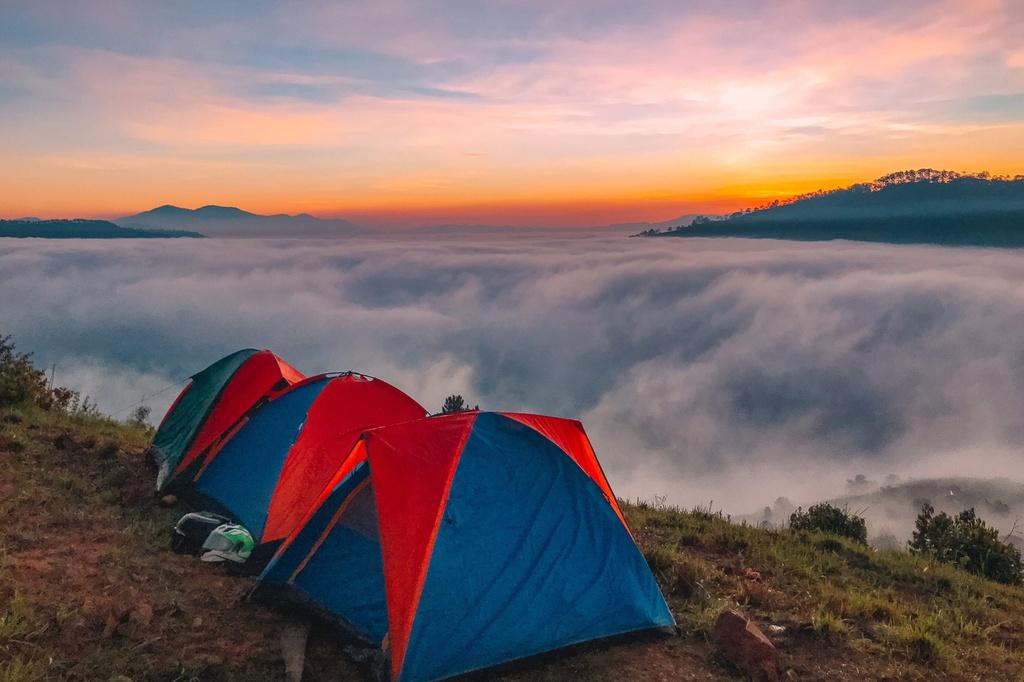 """Săn mây là một trong những trải nghiệm được dân du lịch thích nhất khi đến Đà Lạt. Dùng từ """"săn"""" thay vì """"chụp"""" bởi để có tấm ảnh mây thành công còn phụ thuộc vào nhiều yếu tố. Những vùng núi cao như Đà Lạt hay Sa Pa (Lào Cai) đặc biệt thích hợp cho trải nghiệm này. Tuy nhiên, mây không phải lúc nào cũng xuất hiện để du khách """"gói gọn"""" trong tấm ảnh mang về."""
