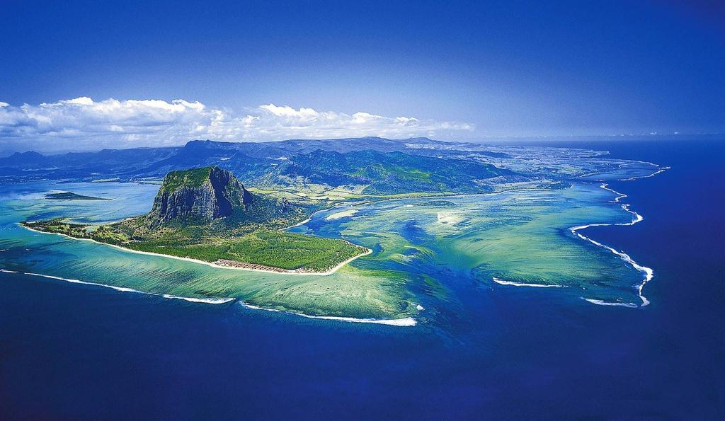 """Mauritius là một quốc đảo ở Ấn Độ Dương, cách lục địa châu Phi khoảng 2.000 km. Đây là một điểm du lịch biển nổi tiếng thế giới, với nhiều cảnh quan ấn tượng, trong đó có """"thác nước dưới biển"""" - một hiện tượng tự nhiên thú vị. Ảnh: International Travellers."""