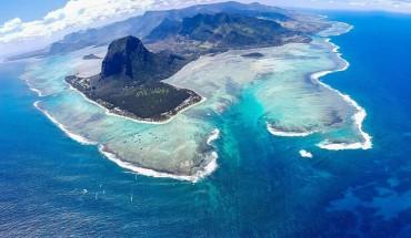ve-dep-ki-dieu-ngon-thac-duoi-day-bien-Mauritius-ivivu-2
