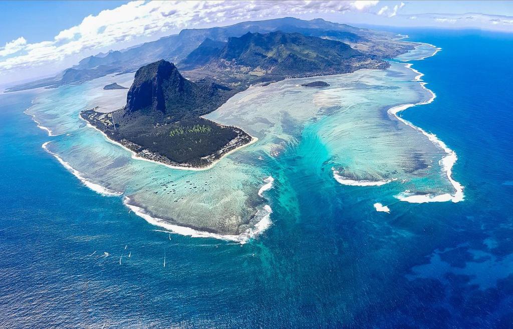 Kỳ quan tự nhiên này nằm ở mũi tây nam của đảo. Khi nhìn từ xa, đặc biệt là từ máy bay, du khách sẽ thấy như dưới biển có một thác nước khổng lồ. Ảnh: Dailymail.