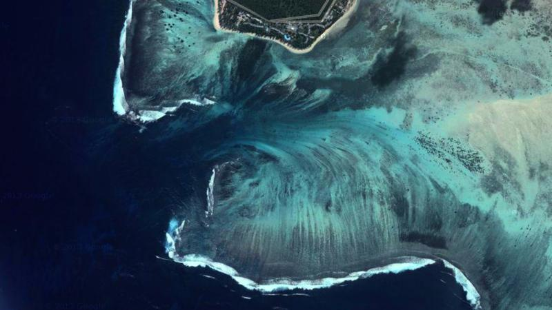 Ảnh chụp vệ tinh cho thấy nơi này giống như cảnh tượng trong một bộ phim giả tưởng, khi một xoáy nước ngầm đang cuốn cả hòn đảo phía trên xuống dưới. Ảnh: Google Earth.