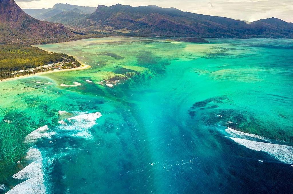 """Khung cảnh ngoạn mục này không phải là ảo ảnh, mà là hiện tượng tự nhiên độc nhất vô nhị. Phần lớn vùng nước quanh đảo Mauritius có độ sâu 150 m, tuy nhiên, khu mũi phía nam lại có độ sâu lên tới 4.000 m, tạo ra """"thác nước"""" ấn tượng này. Ảnh: Travel&Leisure."""