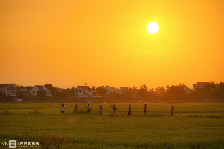 Người dân tập thể dục trên đường quê lúc bình minh, gần khu dân cư phường Cẩm Châu, giáp Trà Quế.