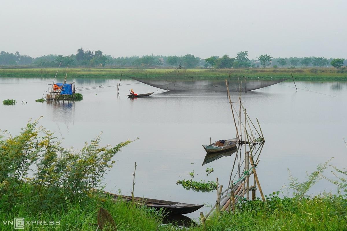 Sông quê êm đềm với những chiếc thuyền câu và cảnh mưu sinh giăng vó tại phường Thanh Hà, nơi có làng gốm Thanh Hà nổi tiếng Hội An.