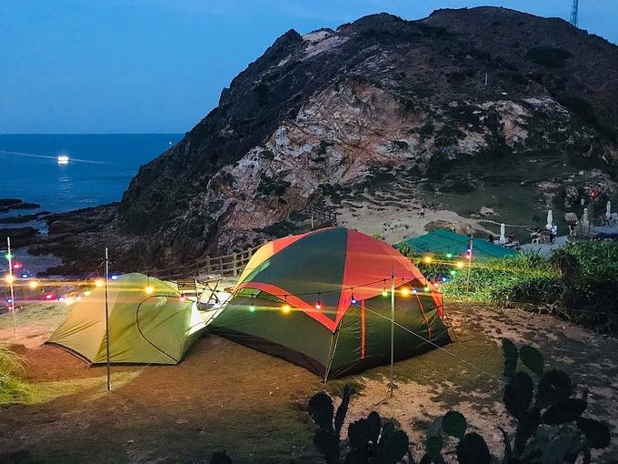 Bạn sẽ được ngắm bình minh ngay cửa lều khi ngủ ở Eo Gió. Ảnh: Minh Tính.
