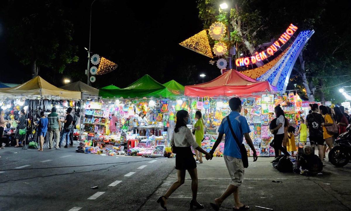 Chợ đêm Quy Nhơn  Chợ nằm dọc đường Lê Duẩn, bên cạnh Nhà văn hóa Lao Động của TP Quy Nhơn, tổ chức từ 19 - 22h mỗi tối, chợ chủ yếu bày bán các mặt hàng quần áo, đồ lưu niệm, đồ chơi... phù hợp cho du khách muốn mua sắm đồ đi chơi, chống nắng hay tắm biển. Ảnh: Khánh Trần.