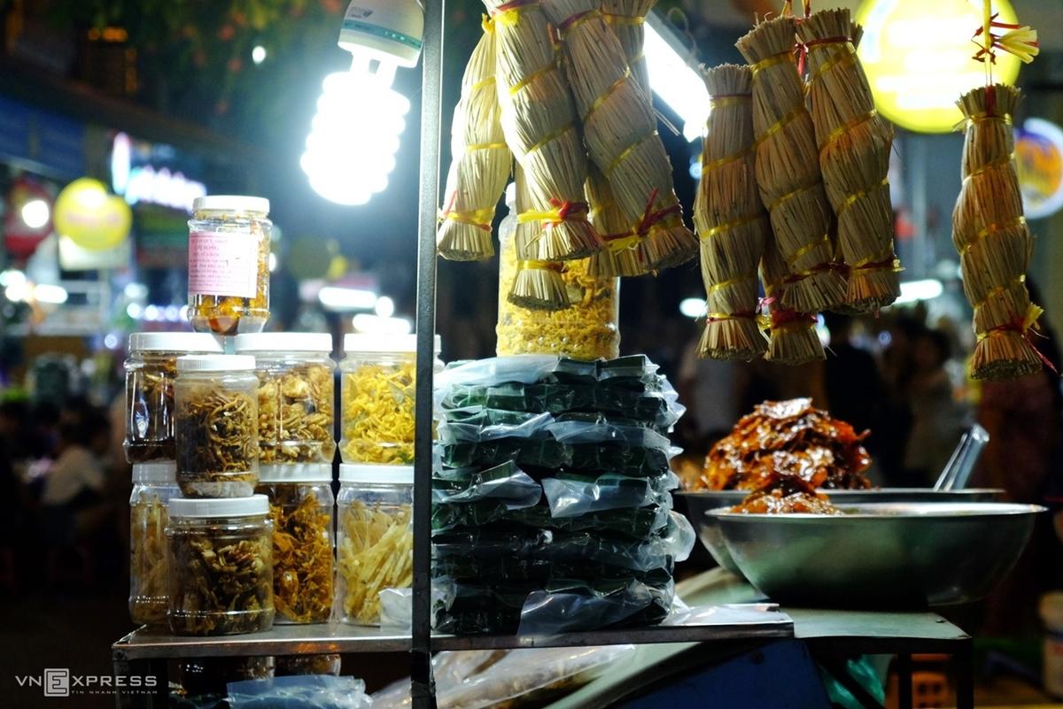 Dạo phố Ngô Văn Sở sau khi thưởng thức đồ ăn, du khách sẽ thấy rất nhiều hàng bán đặc sản Quy Nhơn để mua về làm quà như nem tré, cá thiều, ghẹ sữa rim, cá mực rim, bánh ít... Ảnh: Khánh Trần.