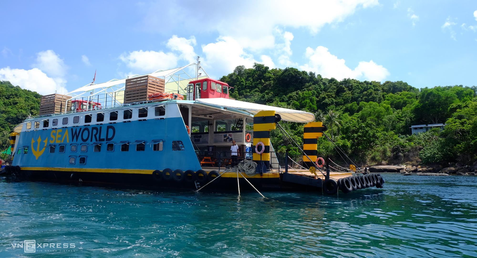 Điểm dừng cho du khách trải nghiệm dịch vụ đi bộ dưới đáy biển. Ảnh: Khánh Trần.