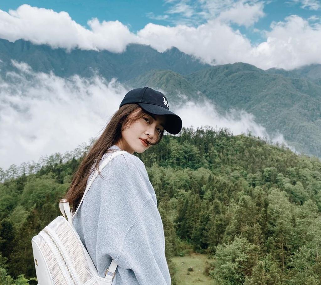 Leo núi ở Sa Pa (Lào Cai) không phải là hoạt động du lịch phổ biến với người Việt nhưng lại hấp dẫn các du khách nước ngoài. Blogger Ella, chủ trang du lịch Many More Maps, từng đến Việt Nam và ấn tượng với Sa Pa. Nữ blogger chia sẻ thị trấn sương mù là địa điểm lý tưởng để rời xa thành phố ồn ào. Trong chuyến khám phá Sa Pa, Ella đã trekking dọc theo thung lũng Mường Hoa đến bản Y Linh Hồ và Lao Chải. Cô cảm thấy thú vị khi tìm hiểu về văn hóa bản địa của dân tộc H'Mông sinh sống tại đây. Ảnh: tullie._.x.
