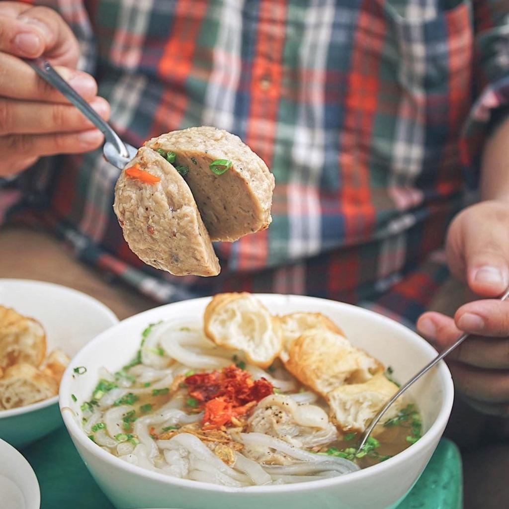 Hàng bánh canh bò viên trên đường Nguyễn Văn Nguyễn, quận 1, thu hút tín đồ sành ăn nhờ nhân bò viên khổng lồ lạ mắt, đượm hương tiêu. Sợi bánh canh có độ dai vừa phải. Thịt heo xắt lát quyện nước dùng nóng hổi tạo phiên bản ẩm thực thơm ngon. Ảnh: Foodholicvn.