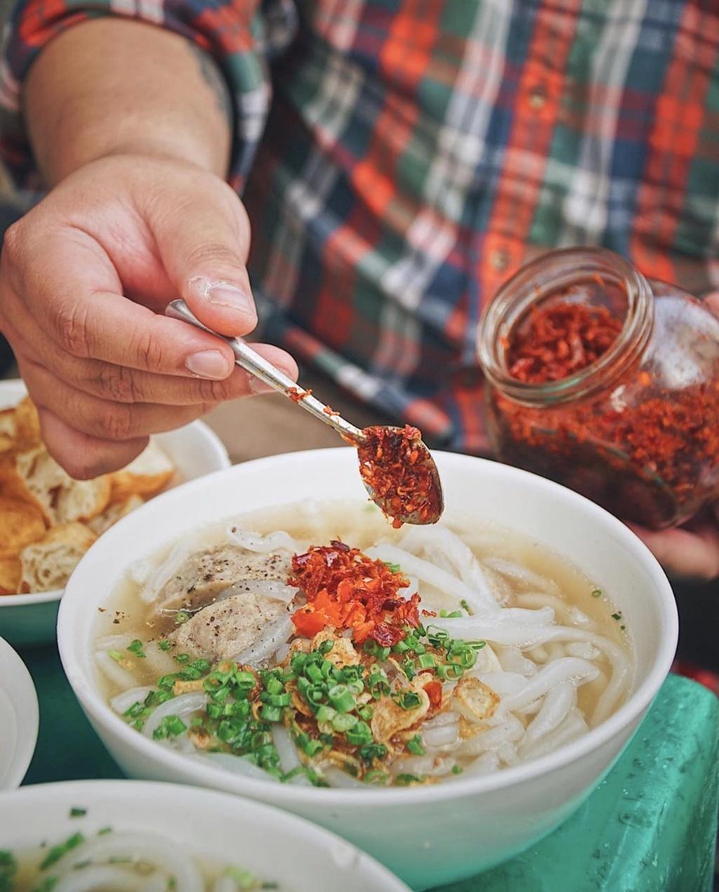 Các thành phần ăn kèm như chanh, ớt, nước chấm đều được bày biện gọn gàng và bắt mắt trên bàn. Mức giá mỗi tô chỉ từ 35.000 đồng, phù hợp cho bạn thỏa mãn chiếc bụng đói sau một ngày học tập, làm việc. Ảnh: Foodholicvn.