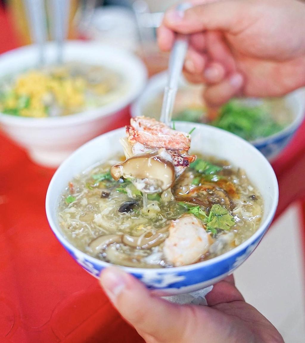 Tiệm ăn tại đường Lương Nhữ Học, quận 5 được lòng nhiều người nhờ phục vụ món súp cua bong bóng cá nóng hổi, đậm đà. Một bát súp ngoài phần bong bóng cá lạ miệng còn có topping trứng cút, càng cua, trứng bách thảo, óc heo... Ngoài ra, bạn có thể lựa chọn nhiều thành phần khác ăn kèm để thay đổi khẩu vị. Ảnh: Foodholicvn.